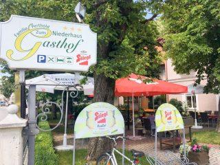 Der schattige Gastgarten zieht verführerisch einladend Motorrad- und Cabriofahrer an. Aber auch bei Radfahrern steht der Gasthof Niederhaus hoch im Kurs.