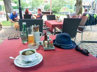 Leberknödlsupper. Mit rustikaler, österreichischer Küche verwöhnt der Chefkoch seine Gäste.