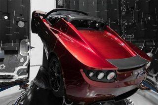 Tesla Roadster im Kopf der Rakete