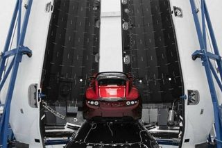 Tesla Roadster in der Rakete