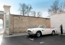 Hier steht ein Aston Martin DB6 MKII Volante an der Ladestation. Ein Bild an das wir uns schön langsam gewöhnen müssen?
