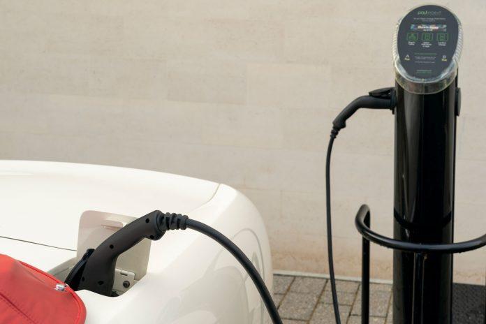 Aston Martin elektrifiziert ihre Oldtimer um sie fit für die Zukunft zu machen.