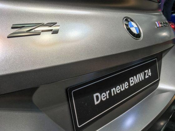 Auf diesem Bild ist alles vereint was das Sportfahrerherz begehrt: M-Logo, Z4-Schriftzug, BMW-Logo und eine sehr maskuline Farbe namens Frozen Grey II. Foto: © Mario Kranabetter 2019