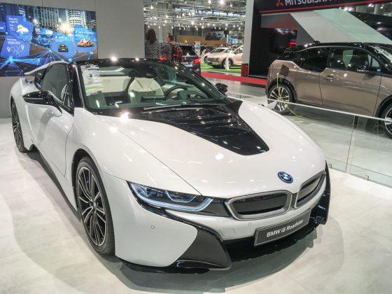 """Bleiben wir elektrisch. Dem BMW i8 Roadster gönnt BMW einen ganz besonders großzügigen Platz auf der Messe. Eingezäunt von einem kniehohen """"Glaszaun"""" kann man den Sporthybriden bewundern. Foto: © Mario Kranabetter 2019"""