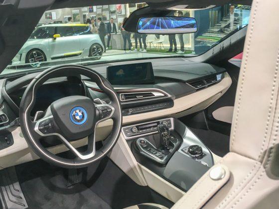 Das Interior des i8 Roadster gleicht dem Coupé, aber die Luftigkeit bleibt dem Roadster vorbehalten. Foto: © Mario Kranabetter 2019