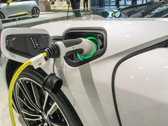 Einmal Volltanken bitte. Der i8 kann aber auch Benzin tanken. Er ist ein Hybrid. Foto: © Mario Kranabetter 2019