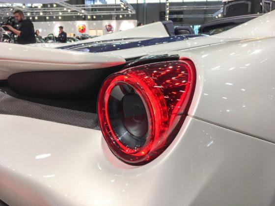 Die Rücklichter schauen aus wie zwei rot glühende Auspuffrohre. Der Schall kommt aber tatsächlich eine Etage weiter unten ans Tageslicht. Foto: © Mario Kranabetter 2019