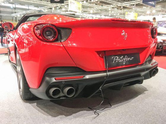 Nein, der Portofino ist ein PlugIn Hybrid. Den Stromanschluss braucht er nur für die Messe. Schließlich will jeder zweite (wie zum Beispiel ich) dass das Dach auf oder zumachen. Foto: © Mario Kranabetter 2019