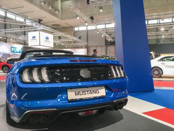 """Der """"GT""""-Schriftzug in der Mitte verrät den 5,0l großen V8 Motor. Der """"Kleine"""" 2,3l Vierzylinder hat hier ein Pferdchen. Foto: © Mario Kranabetter 2019"""