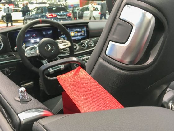 Ein Relikt aus alten Mercedes-Tagen. Der Gurtbringer war schon im W124 Coupé und Cabrio vorhanden. Und sah auf fast genau so aus. Eigentlich geil. Foto: © Mario Kranabetter 2019