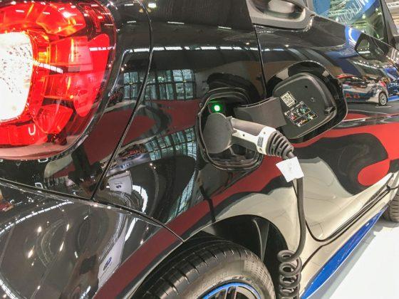 Jetzt wird's mir aber zu bunt. Ein Smartie an der Zapfsäule. Ja! Dieses Cabrio fährt vollelektrisch. Foto: © Mario Kranabetter 2019