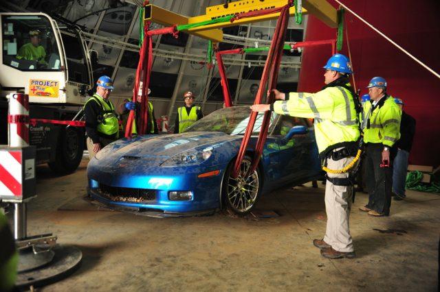 Bergung Chevrolet Corvette Blue Devil ZR1 auf sicherem Boden Foto: Auto-Medienportal.Net/National Corvette Museum