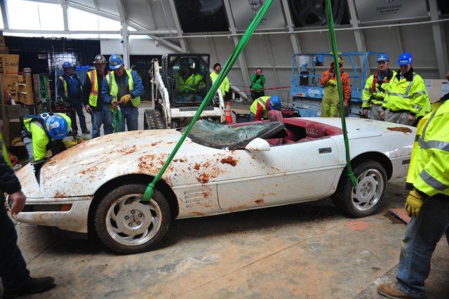 Einmillionste Chevrolet Corvette: Bergungsarbeiten. Foto: Auto-Medienportal.Net/National Corvette Museum