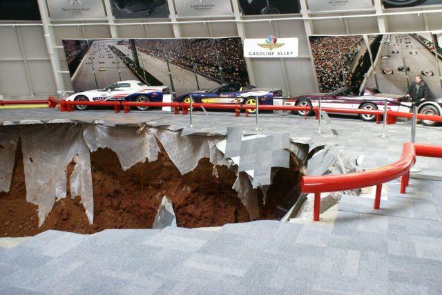 In diesem Krater verschwanden acht Chevrolet Corvette. Foto: Auto-Medienportal.Net/National Corvette Museum