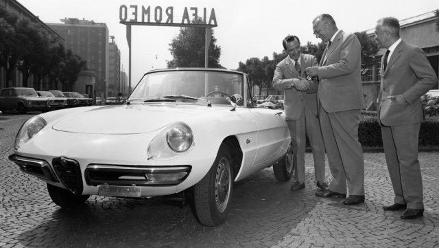Ein Alfa Romeo 1600 Spider wird im Werk am einen Kunden übergeben (1966). Foto: Auto-Medienportal.Net/FCA