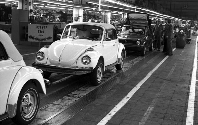 Bandablauf des letzten Käfer Cabriolets bei Karmann in Osnabrück – unmittelbar gefolgt von einem Golf I Cabriolet. Foto: Auto-Medienportal.Net/Volkswagen