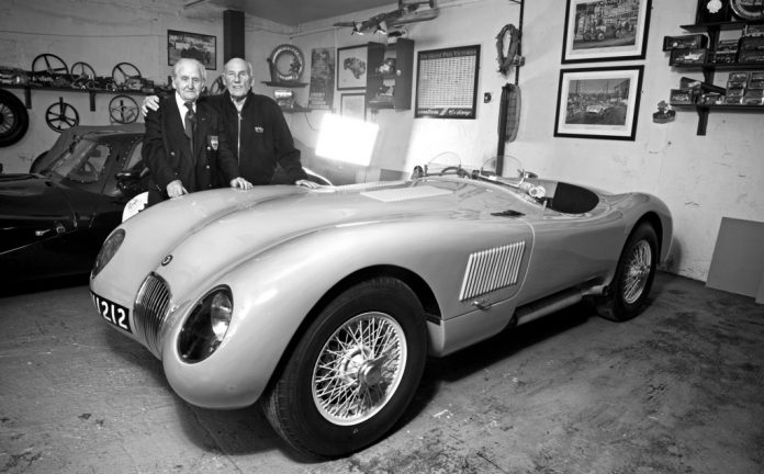 Norman Dewis (links) und Sir Stirling Moss mit dem Jaguar C-Type XKC005. Foto: Auto-Medienportal.Net/Jaguar