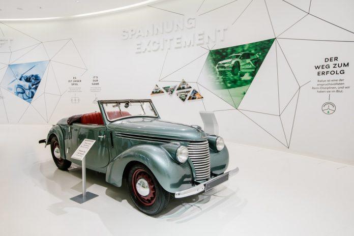 Skoda Popular 1100 OHV. Der zweitürige Roadster war 1939 das erste Serienfahrzeug, bei dem das Getriebe in Transaxle-Bauweise getrennt vom Motor am Hinterachs-Differenzial angeordnet war.